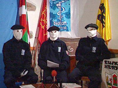 Drei Mitglieder der ETA verlesen vor laufender Kamera ihre Forderungen (Archivbild). Die Terrororganisation kämpft einen unabhängigen baskischen Staat.