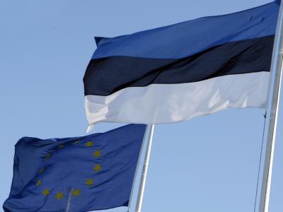 Die Flaggen von Estland und der Europäischen Union.