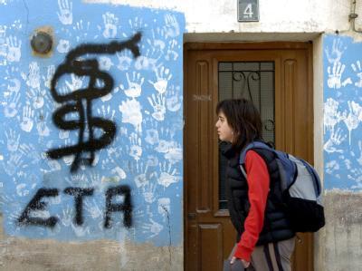 Eine Frau geht in Nordspanien am