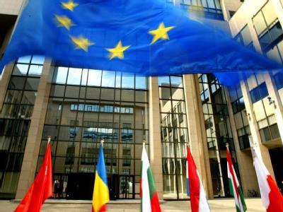 Flaggen der EU-Mitgliedsstaaten vor dem Eingang des EU-Ratsgebäudes in Brüssel.