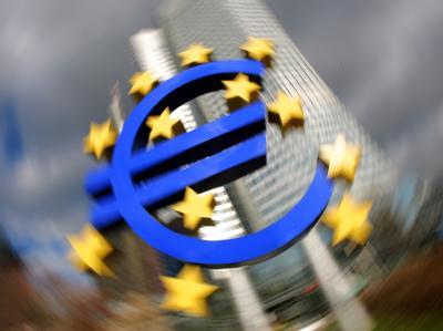 Eine Installation mit dem Euro-Zeichen vor der Europäischen Zentralbank (Archivbild).