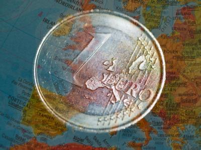 Euro-Münzen auf Europa-Karte