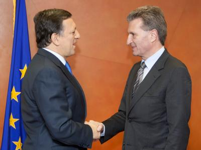 Günther Oettinger (r) stellte das EU-Parlament zufrieden. Das Problem von EU-Kommissionspräsident José Manuel Barroso (l) bleibt die Bulgarin Schelewa.