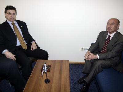 Treffen von Israels Vize-Außenminister Ajalon (l) und dem türkischen Botschafter in Israel, Celikkol. Der Streit zwischen den beiden Ländern hat sich verschärft.