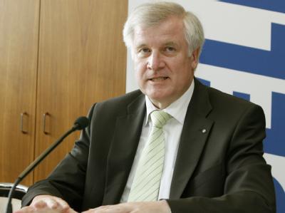 Der bayerische Ministerpräsident Horst Seehofer verkündete bei seinem Besuch in Nürnberg die Rettung von Quelle.