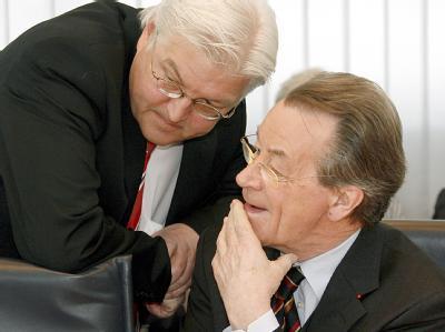 Wie soll es weitergehen? Kanzlerkandidat Frank-Walter Steinmeier (l) und Parteichef Franz Müntefering versammeln am Sonntag die SPD zu einem Sonderparteitag. (Archivbild)