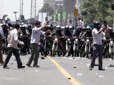 Während des Freitagsgebets treffen in Teheran Demonstranten und Polizei aufeinander.