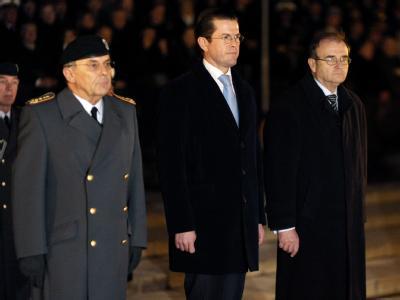 Verteidigungsminister Guttenberg verabschiedet am 3.12.2009 den damaligen Generalinspekteur Wolfgang Schneiderhan (l) und Staatssekretär Peter Wichert in den vorzeitigen Ruhestand.
