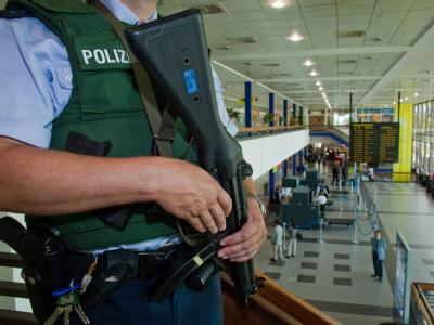Beamte der Bundespolizei tragen bei erhöhter Terrorgefahr zusätzlich zu ihrer Dienstpistole auch Maschinenpistolen.