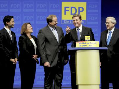 FDP-Chef Westerwelle (2.v.r.) erhält Rückendeckung von seinen liberalen Kabinettskollegen Rösler, Leutheusser-Schnarrenberger, Niebel (v.l.) und Brüderle. (Archivbild)
