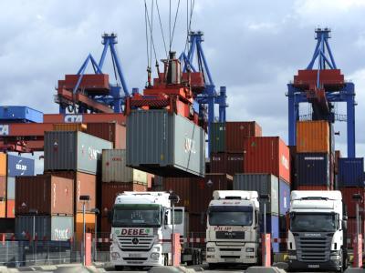 Lastkraftwagen am Container Terminal Altenwerder im Hamburger Hafen: Die deutsche Exportindustrie ist auf dem Weg zu ihrer alten Stärke.