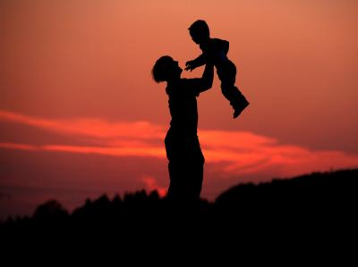 Mutter mit Kind: Unverheiratete Alleinerziehende können vom Ex-Partner für die Betreuung eines gemeinsamen Kindes mindestens das Existenzminimum von derzeit 770 Euro verlangen.
