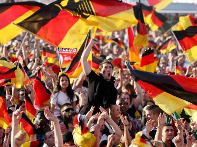 Tausende Fans feiern die deutsche Fußball-Nationalmannschaft.