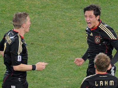 Schweinsteiger (l) und Özil (r) können sich noch Hoffnung auf die begehrte Auszeichnung machen.