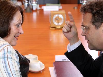 Sabine Leutheusser-Schnarrenberger (FDP) und Hans-Peter Friedrich (CSU) sind sich bei der Vorratsdatenspeicherung nicht einig. Foto: Wolfgang Kumm / Archiv