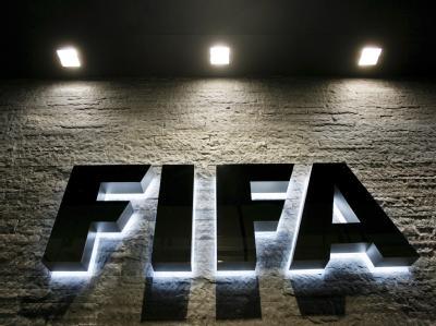 Das beleuchtete Logo des Fußball-Weltverbandes FIFA, aufgenommen am Hauptquarftier in Zürich.