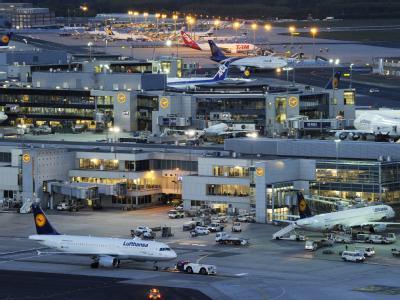 Nachtbetrieb am Flughafen Frankfurt. Foto: Boris Roessler/Archiv