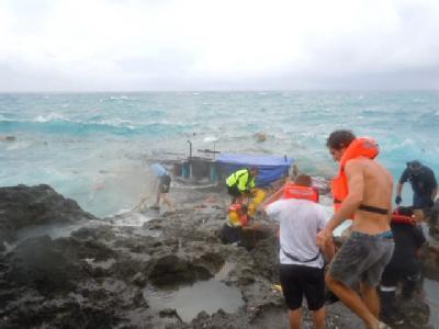An den Klippen der Weihnachtsinsel war in stürmischer See das Flüchtlingsboot zerschellt.