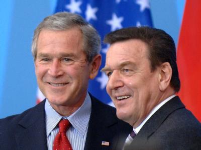 Gerhard Schröder verweigerte den USA unter Präsident George W. Bush (l) die Teilnahme am Irak-Krieg. (Archivbild)