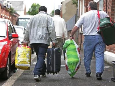 Die große Mehrheit der in Belfast von Rassisten angegriffenen Rumänen verlässt die nordirische Hauptstadt.