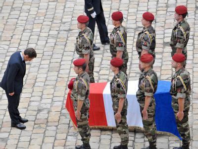Frankreichs Präsident Nicolas Sarkozy verbeugt sich vor dem Sarg eines in Afghanstan getöteten französischen Soldaten (Archivfoto vom 21.8.2008).