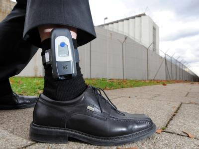 Entlassene Täter mit einer elektronischen Fußfessel sollen vom neuen Kontrollzentrum aus überwacht werden (Archiv).