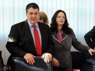 SPD-Generalsekretärin Andrea Nahles und der Parteivorsitzende Sigmar Gabriel greifen die Außenpolitik der gesamten Regierung an.