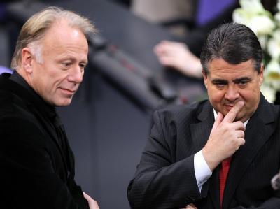 Wo isr der Vorsprung geblieben? Grünen-Fraktionschef Jürgen Trittin und der SPD-Vorsitzende Sigmar Gabriel rätseln (Archiv).
