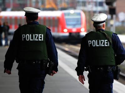 Bundespolizisten bei einem Streifengang in einem Bahnhof. BKA-Chef Ziercke hält die Gefahr islamistischer Anschläge nach wie vor für hoch. Foto: Julian Stratenschulte/Archiv