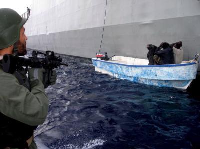 Die griechische Marine stellt somalische Piraten im Golf von Aden. Die EU hat den Einsatz gegen Piraten um ein Jahr verlängert. (Archivbild)