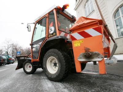 Ein städtisches Streufahrzeug im Einsatz.
