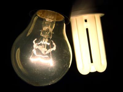 Alt und neu: Eine 60-Watt-Glühbirne und eine 11-Watt.Energiesparlampe.