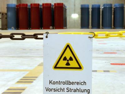 Lager in Gorleben: Im Hintergrund Castor-Behälter mit radioaktivem Abfall. (Archibild).