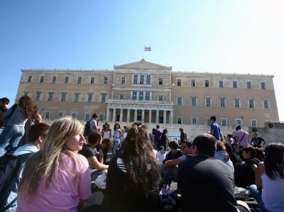 Auch Schüler protestieren vor dem griechischen Bildungsministerium in Athen gegen Sparmaßnahmen.