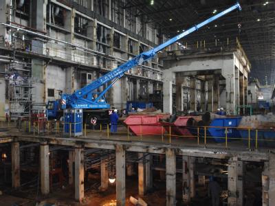 Im Maschinenhaus des ehemaligen Kernkraftwerkes Lubmin bei Greifswald zerlegen Arbeiter alte Rohrleitungen (Archivfoto vom 21.08.2007).