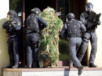Der hessische Innenminister Volker Bouffier hat bestätigt, dass GSG 9 und Sondereinsatzkommandos der Länder bereits für den Fall von Massengeiselnahmen trainieren.