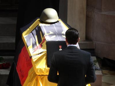 Bundesverteidigungsminister Karl-Theodor zu Guttenberg bei einer Trauerfeier für vier am 15. April 2010 in Afghanistan getötete Soldaten.
