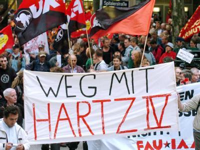 Arbeitslose demonstrieren in Hamburg gegen die Hartz-IV-Gesetze. Foto: Maurizio Gambarini/ Archiv