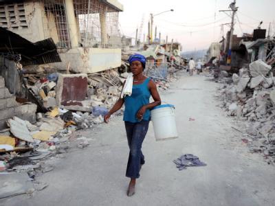 Frau in Port-Au-Prince: Derzeit lebten immer noch rund 300 000 Frauen und Mädchen in den nach dem Erdbeben im Januar 2010 errichteten Obdachlosencamps. (Archivbild)