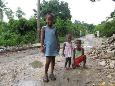 Sechs Monate nach der Erdbebenkatastrophe: Die Lage der Kinder ist immer noch sehr schwierig. 800 000 Jungen und Mädchen leben weiter in Notaufnahmelagern (Archivbild).