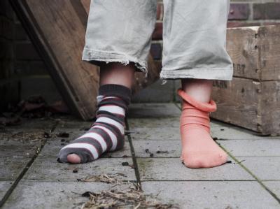 Kind ohne Schuhe in einem Hinterhof in Hamburg: Der Paritätische Wohlfahrtsverband hat die für Kinder von Hartz IV-Beziehern geplanten Mehrausgaben als deutlich zu niedrig kritisiert. (Archivbild)