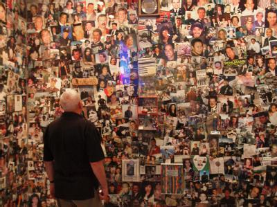 Erinnerungen -  Fotowand mit Bildern von 9/11-Opfern im Tribute WTC Visitor Center.