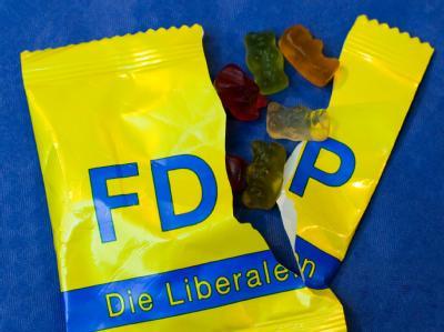 Leckerbissen von der FDP: Eine aufgerissene FDP-Tüte mit Gummibären.