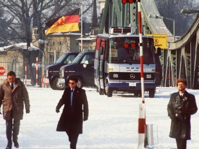 Sicherheitsbeamte in Zivil bei einem Agentenaustausch von acht Personen auf der Glienicker Brücke, die West-Berlin mit dem damaligen DDR-Bezirk Potsdam verbindet (Archivfoto vom 11.02.1986).