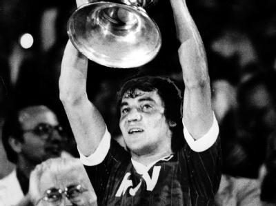 Felix Magath hält triumphierend den Fußball-Europapokal der Landesmeister, nachdem der HSV in Athen Juventus Turin mit 1:0 besiegte. (Archivfoto vom 25.5.1983)