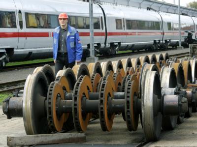 Neue Radachsen für ICE-Züge auf dem Gelände des Instandhaltungswerkes in Krefeld (Archiv).