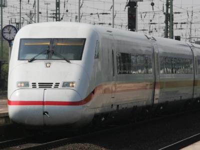Ein Hochgeschwindigkeitszug vom Typ ICE 2 der Deutschen Bahn (DB). (Archivbild)