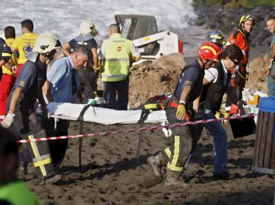 Rettungskräfte bergen die Leichen am Strand von Teneriffa.