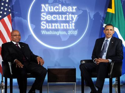 US-Präsident Obama (r, mit seinem südafrikanischen Amtskollegen Zuma) empfängt rund 40 Staats- und Regierungschefs zu einem Gipfel zur Nuklearsicherheit in Washington.