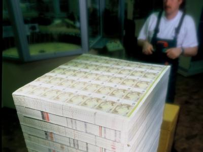 Palettenweise: Euro-Scheine in der Bundesdruckerei in Berlin (Archiv).
